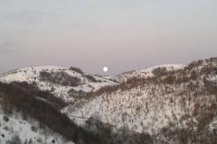 paesaggio-innevato-con-luna-calante
